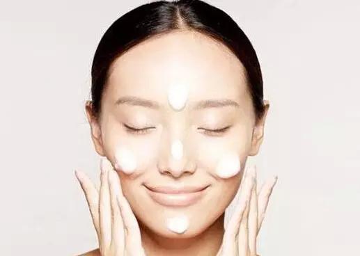 [新聞] 好肌底從洗臉開始 T區U區清潔指南