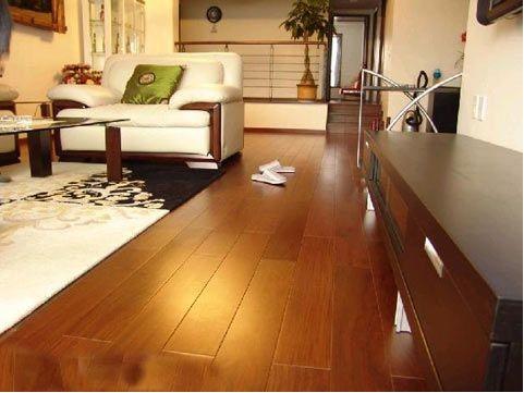 [新聞] 木地板保養需先清潔後打蠟