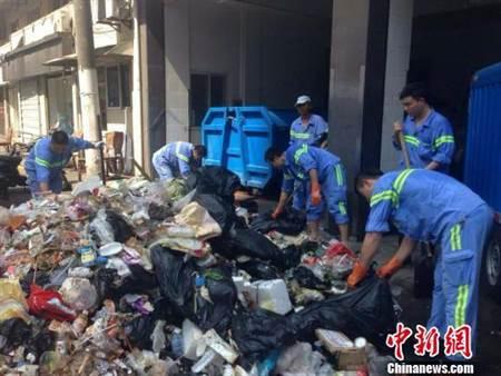 [新聞]烈日下翻遍5噸垃圾 15名清潔隊員替遊客找回手機!