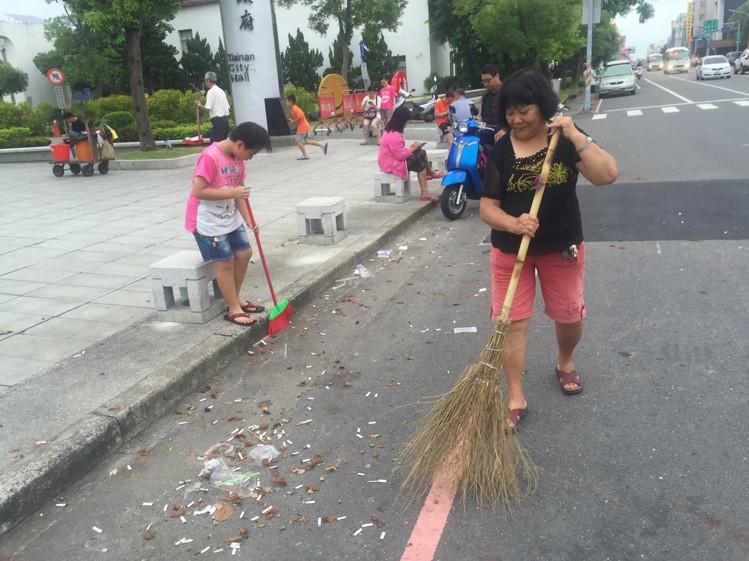 [新聞] 菸蒂別亂丟!民眾忙抓寶 清潔人員忙打掃